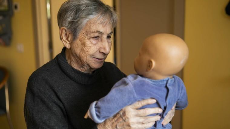 В Испании обычные куклы помогают в терапии Альцгеймера