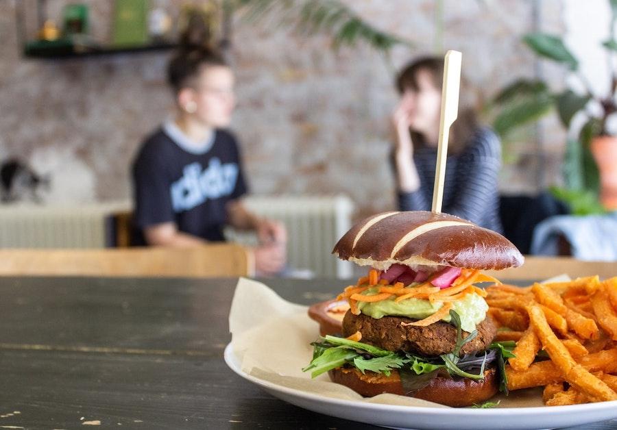 Власти порекомендовали снизить количество мяса в рационе школьников