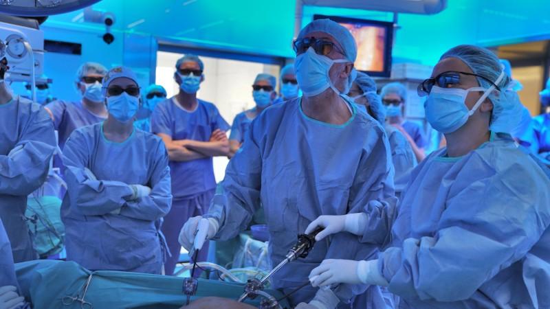 Команда доктора Антонио де Ласи – мировой лидер в области трансанальных операций